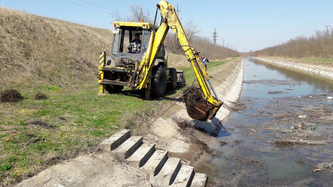 Виконання робіт з очищення зрошувальних каналів